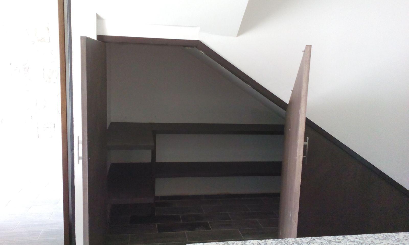 Trabajos recientes carpinteria residencial slp for Puertas debajo escalera