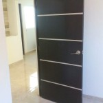 puerta de madera con aluminio carpinteria