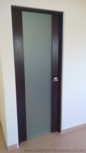 puerta de madera con vidrio carpinteria