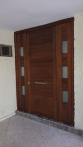 puerta exterior de madera de banak carpintero