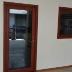 puerta-y-ventana-con-vidrio-de-madera-carpinteria-slp