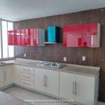 cocina integral en blanco y rojo al alto brillo