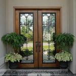 Puerta exterior de madera con herreria