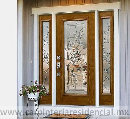 Puerta exterior de madera con vitral