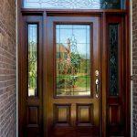Puerta exterior de madera elegante con vidrio