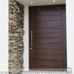 Puerta exterior de madera moderna