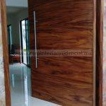 puerta exterior bonita de madera